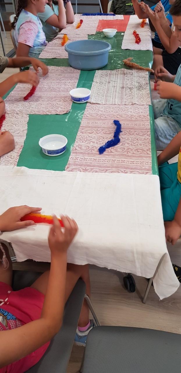 TRI DI ART gyerektábor-4. nap - Mesterségek háza - nemezelés és fafaragás